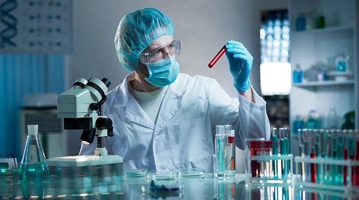 perito-criminal - homem em laboratório analisando amostra