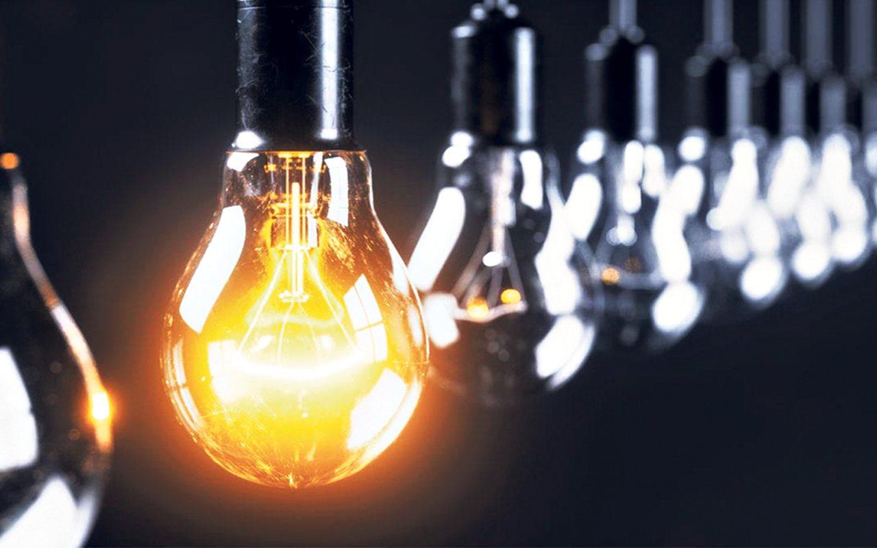 curso-de-engenharia-eletrica - lâmpadas enfileradas com uma única acesa e o restante apagada
