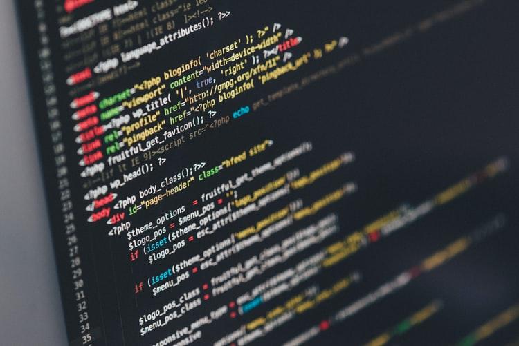 Tela de um computador preta mostrando alguns códigos de programação.