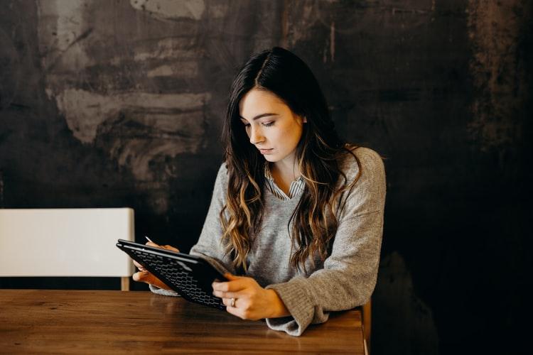mulher lendo em um tablet