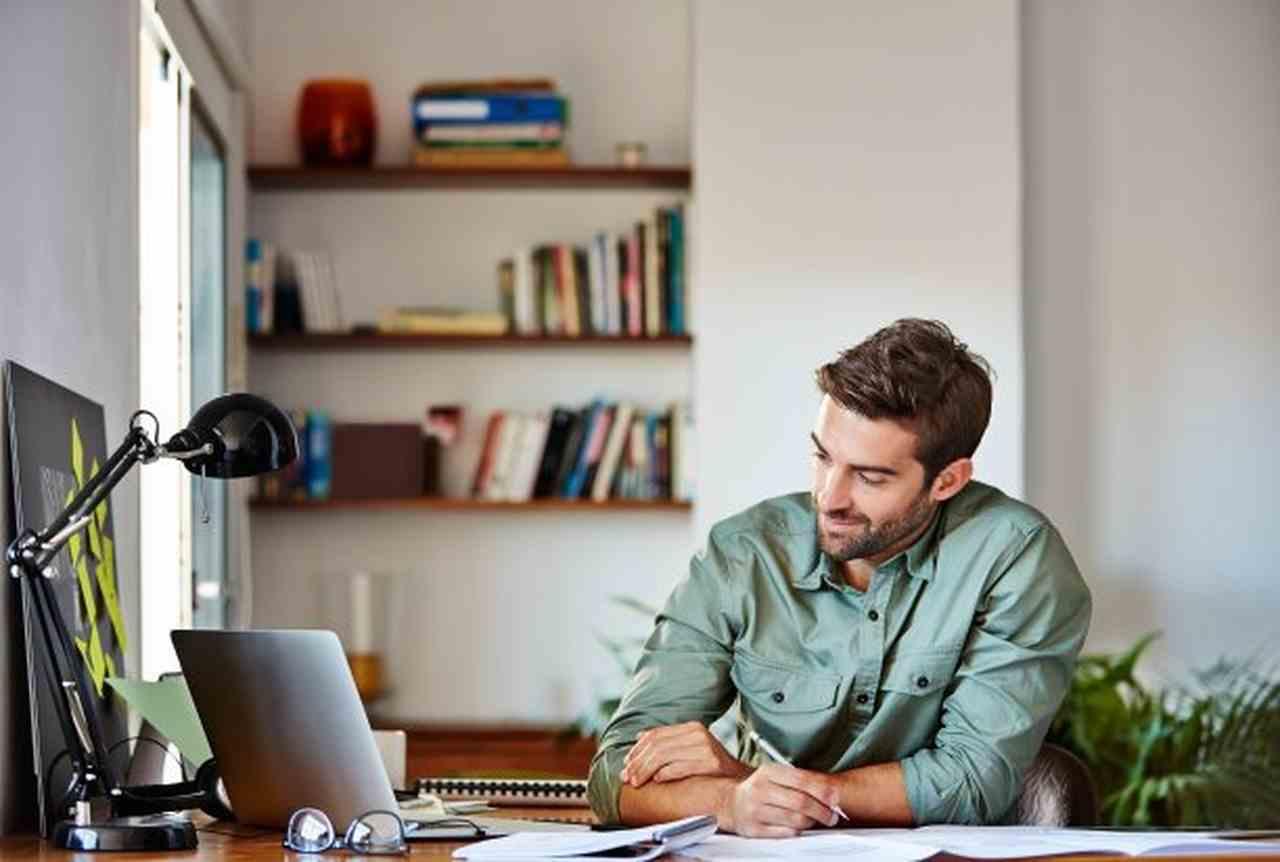 dicas-para-estimular-a-critividade-e-inovacao - homem segurando caneta em frente ao computador