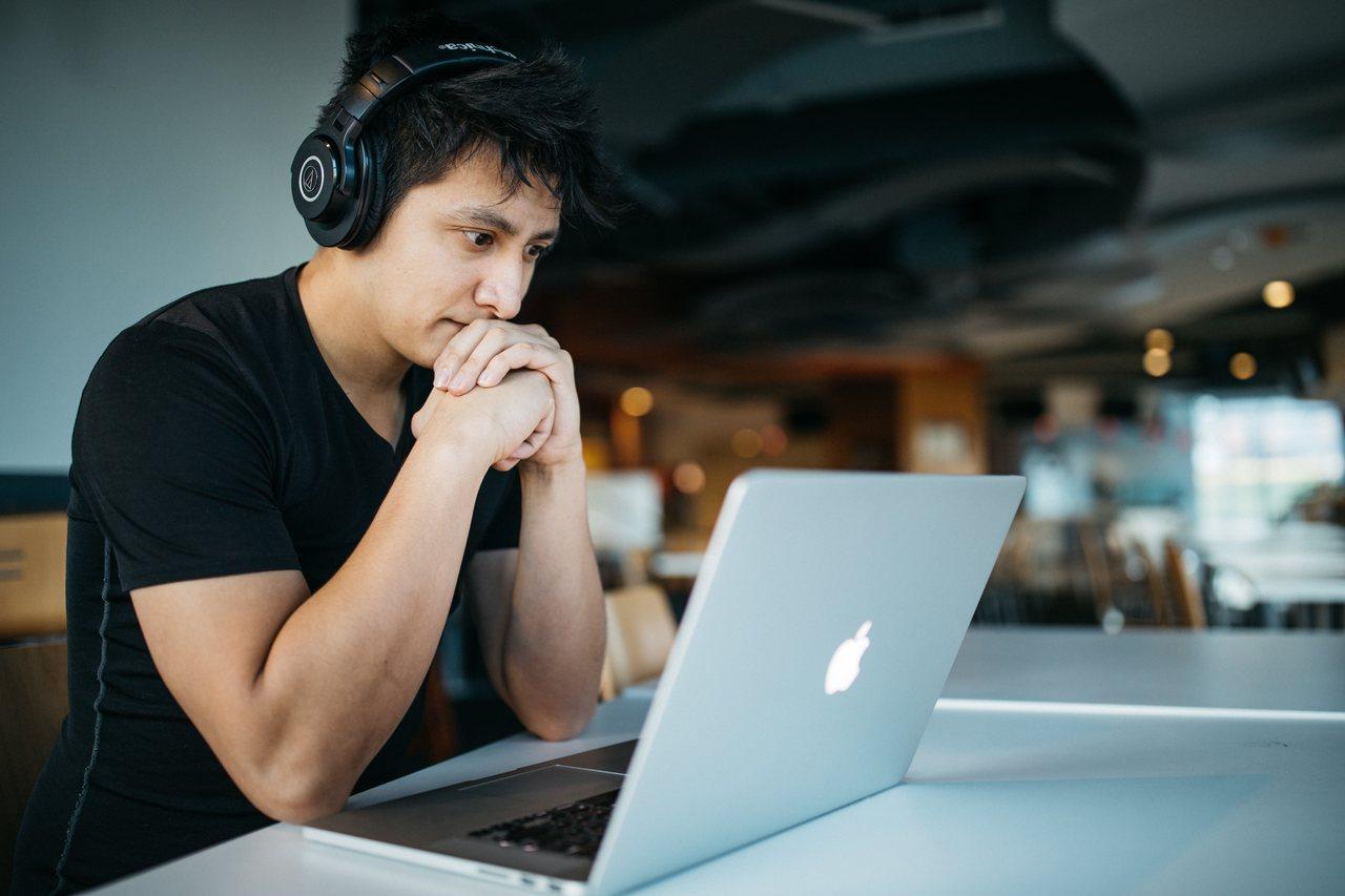 curso-de-engenharia-eletrica - homem em frente ao notebook pensativo