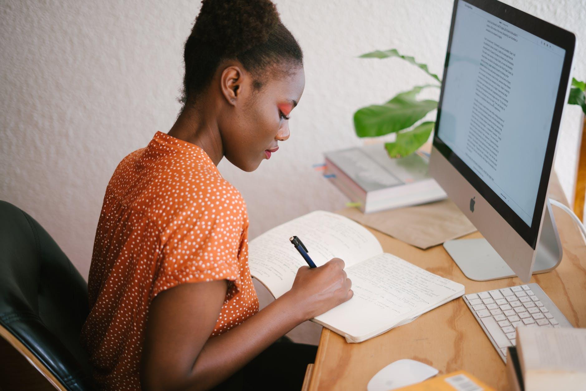 estudante escrevendo 5