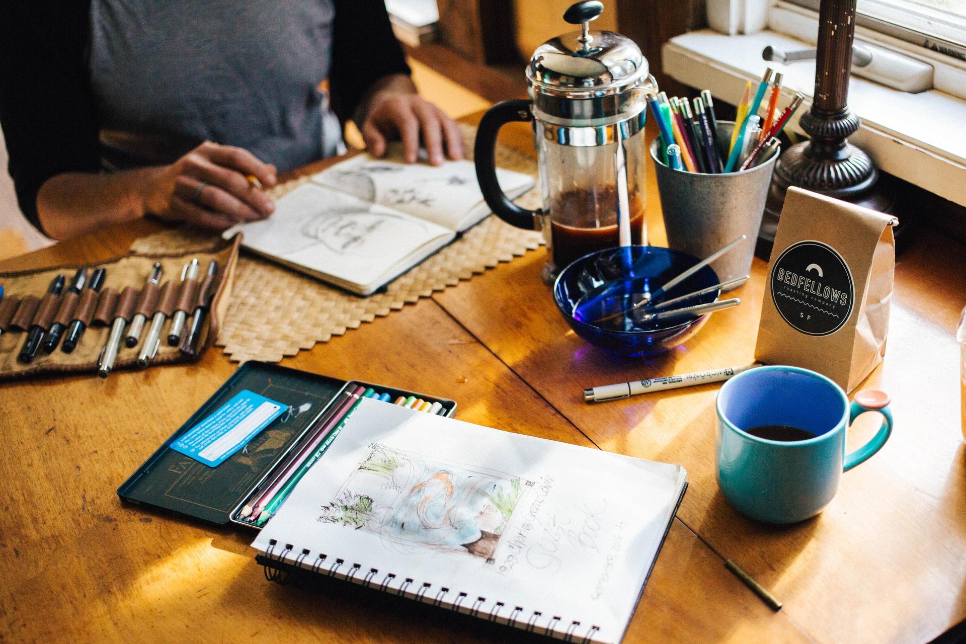 estudo na mesa com cafe