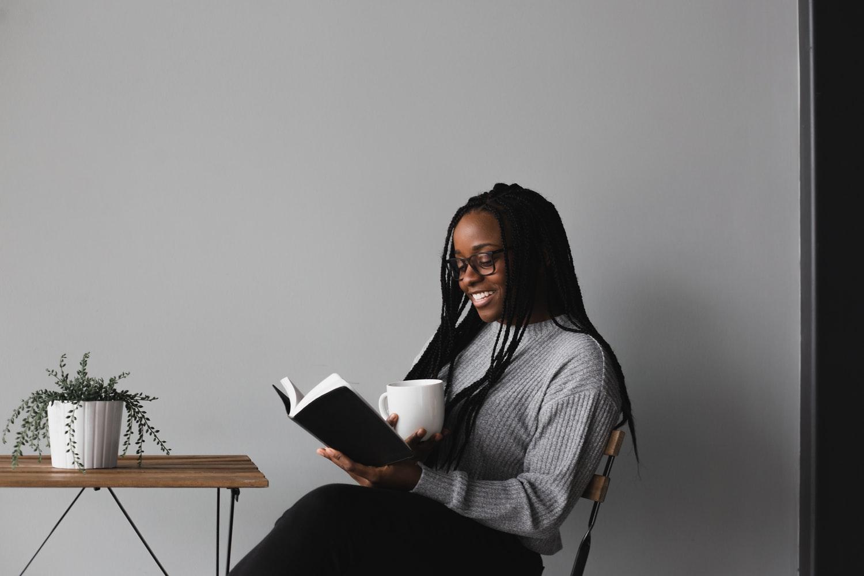 mulher jovem lendo