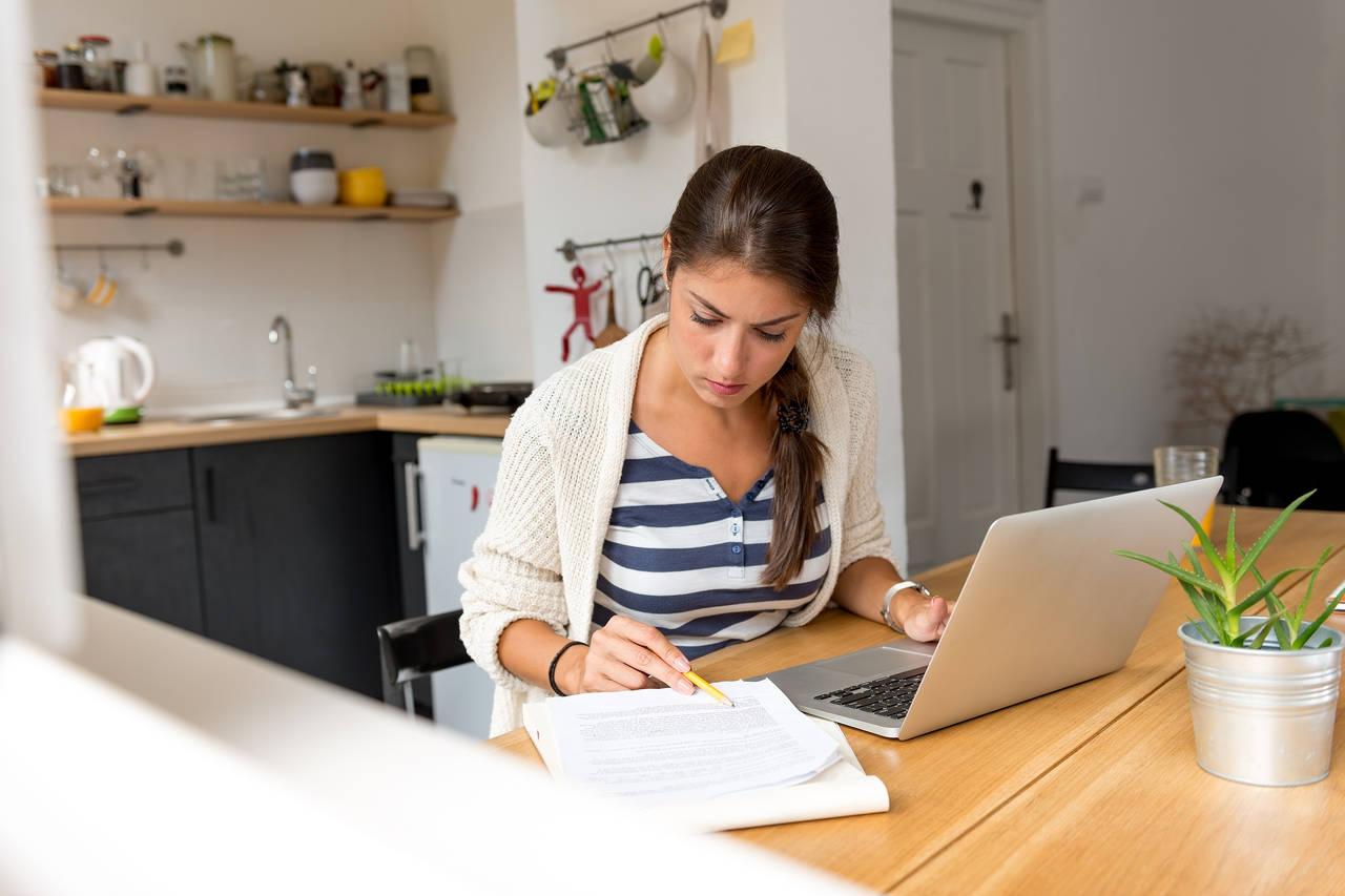 profissoes-home-office - mulher revisando material em casa