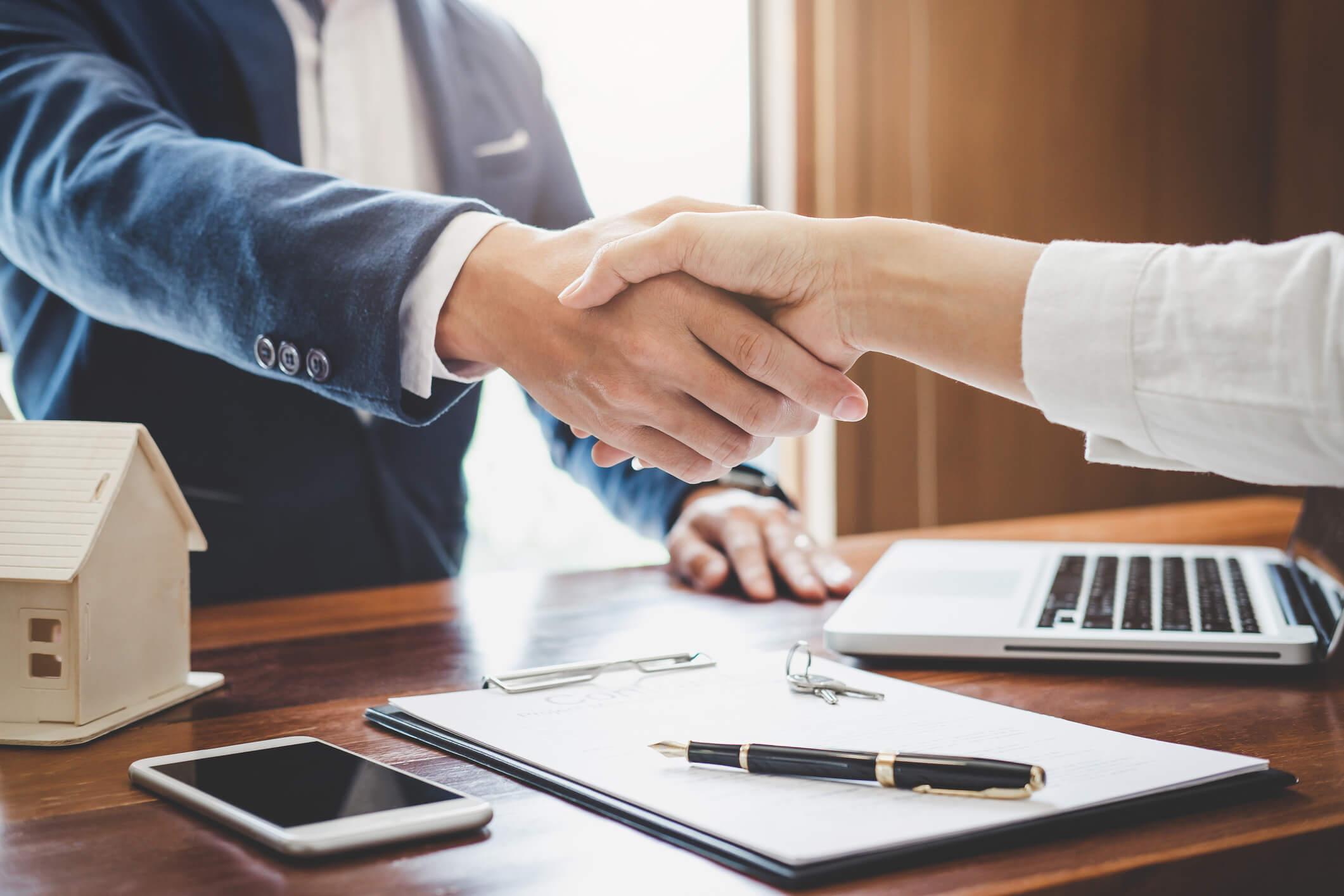qualidades-profissionais-  aperto de mãos entre duas pessoas