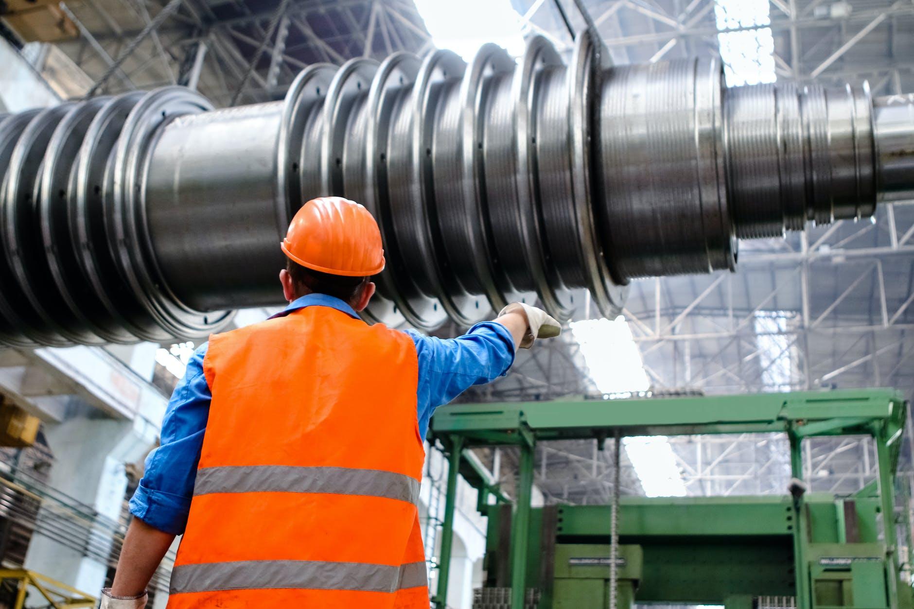 Profissional vestindo equipamentos de proteção individual em uma indústria.