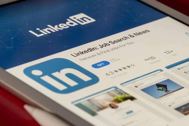 Celular com o aplicativo do LinkedIn aberto.